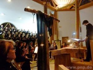 """Bei der deutschen Erstaufführung von Heinz Kratochwils """"Passion"""" in der Evangelischen Kirche : André Gold (rechts). − Foto: Gärtner"""